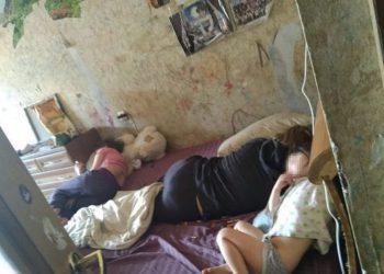 В питерской квартире среди гор дерьма выживали дети (6 фото)