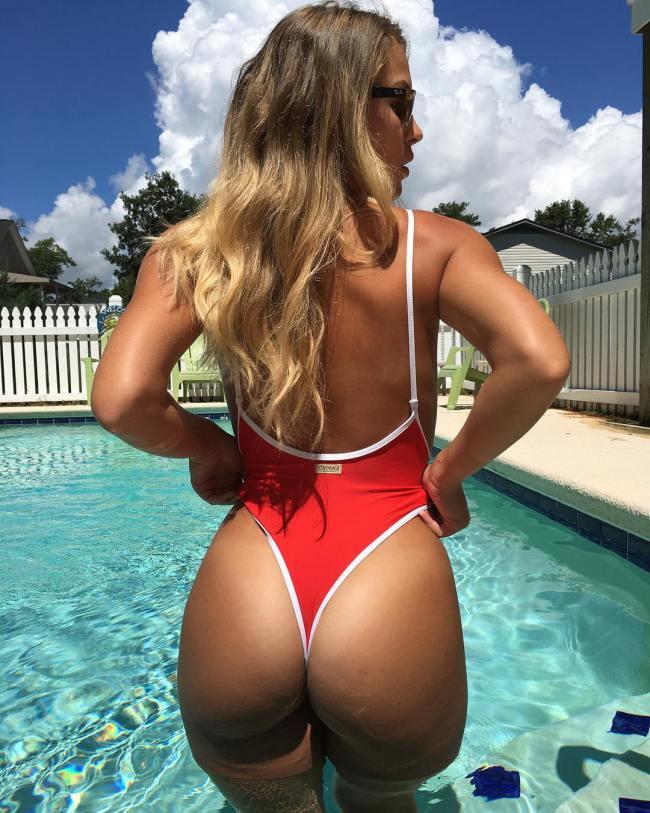 молодуха в бассейне