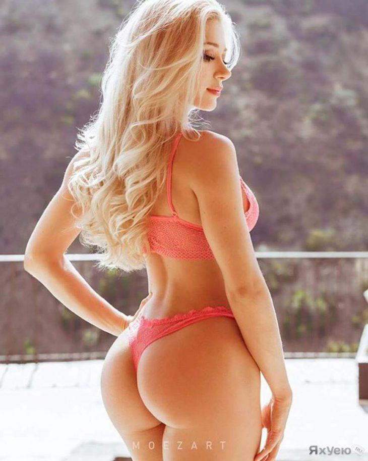 блондинка в розовом