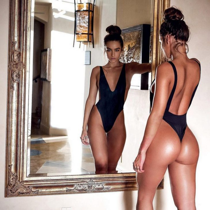 фото у зеркала в красивом закрытом купальнике