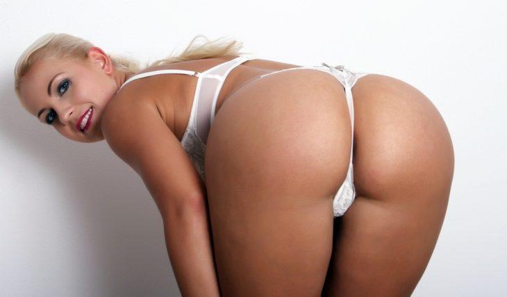 блонда нагнулась и показала свои стринги сзади