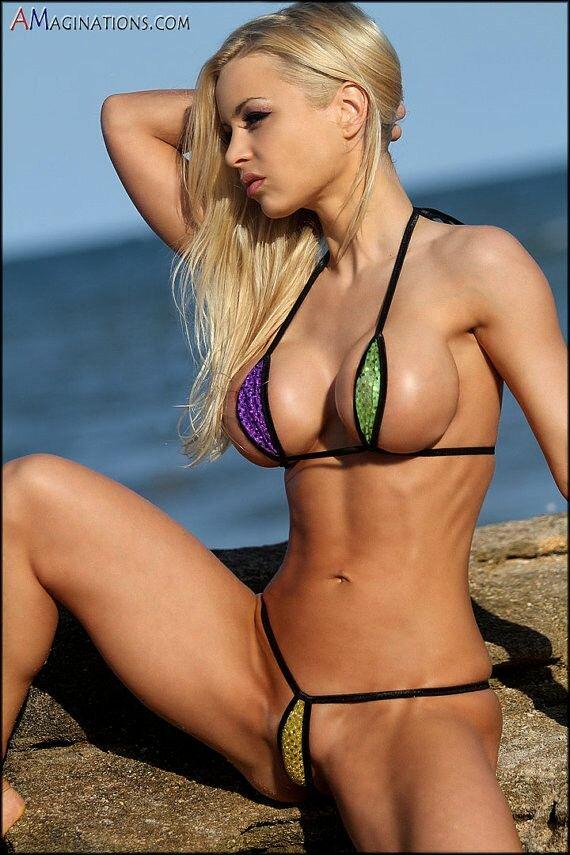 блондинка с прекрасными женскими прелестями