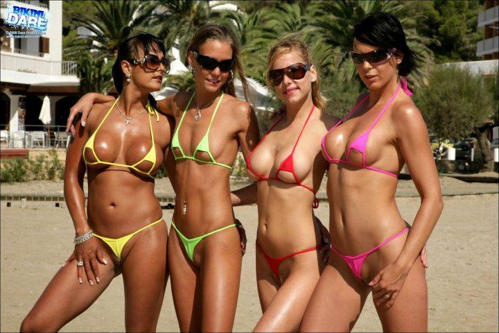четыре подружки на пляже загорают в микро разных цветов