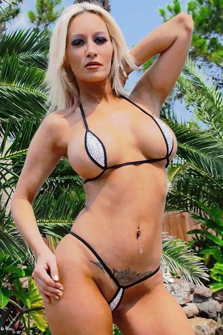 блонда с красивой фигурой и тату на лобке на фоне пальм