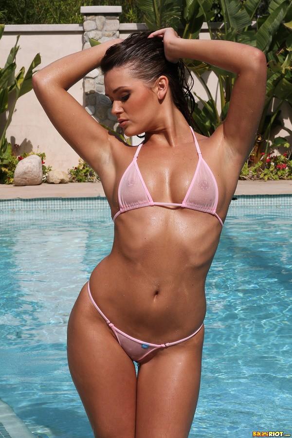 эротично позирует на фото у бассейна