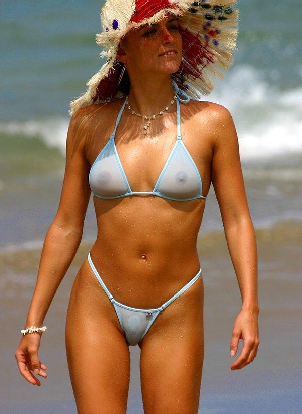 дама в шляпе и в прозрачном купальнике на пляже