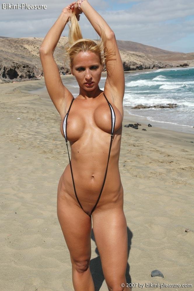 блонда в полный рост на морском берегу