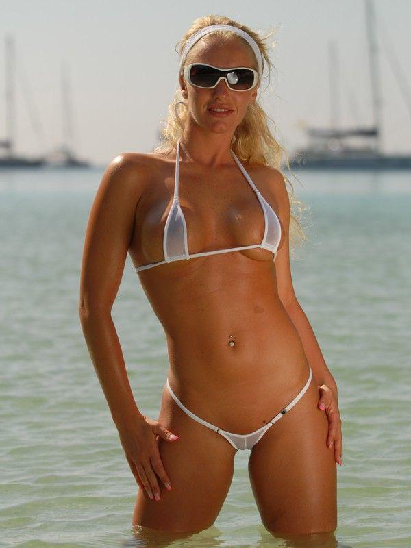 смуглая блонда в очках на фоне яхт