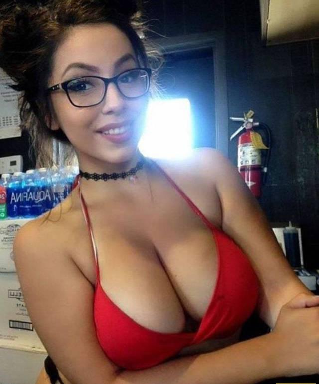 сисястое селфи няши в очках