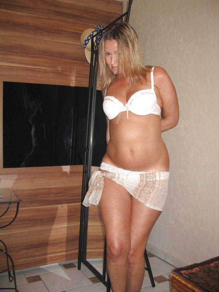 сексуальная дамочка в набедренной повязке поверх трусов