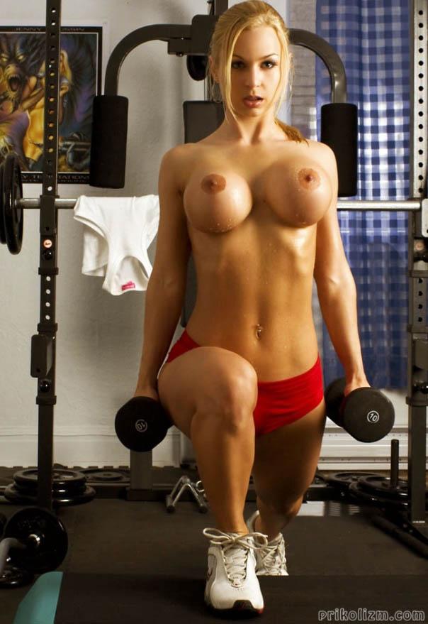 Голые девушки в стрингах в спортзале 1