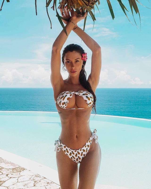 где-то на райском острове среди пальм