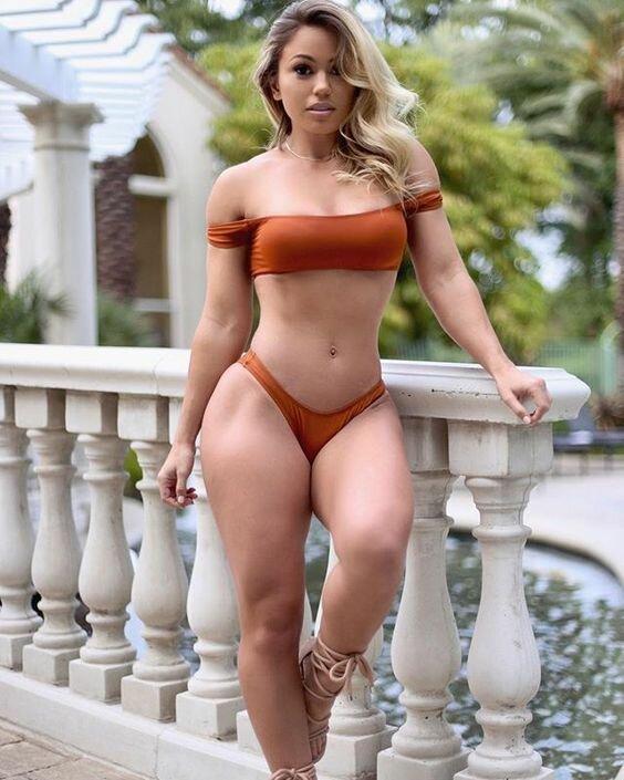 стройная блондиночка