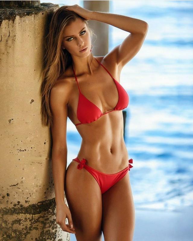 стройная девушка в красном