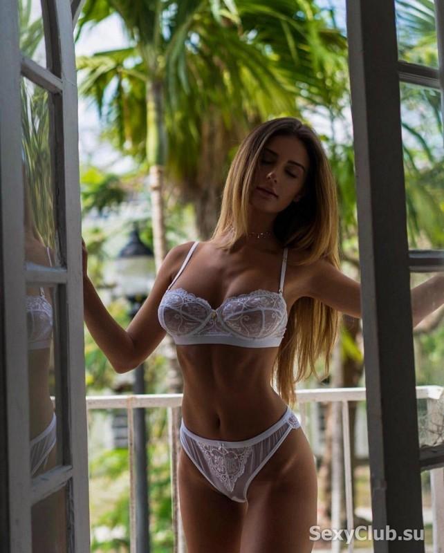 в райском саду на фоне пальм