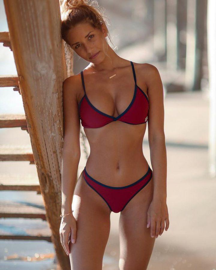 скромная рыжеволосая красотка с красивой грудью