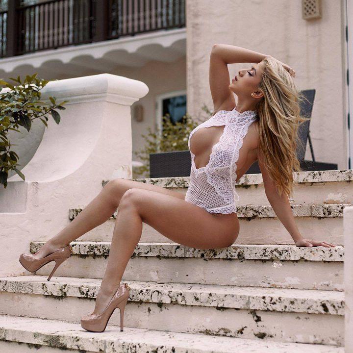красотка в сексуальном кружевном пеньюаре на ступеньках