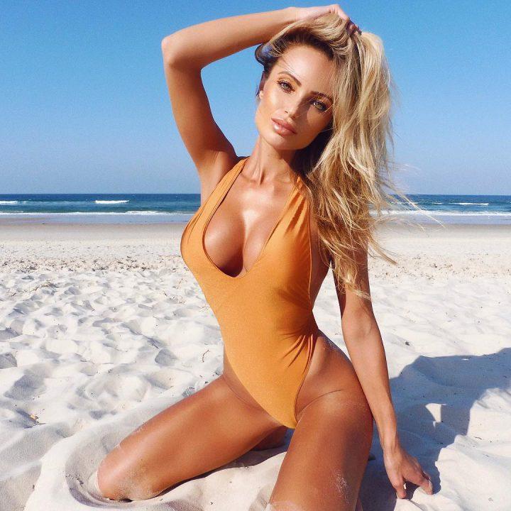 она же на пляже, сидя на песочке