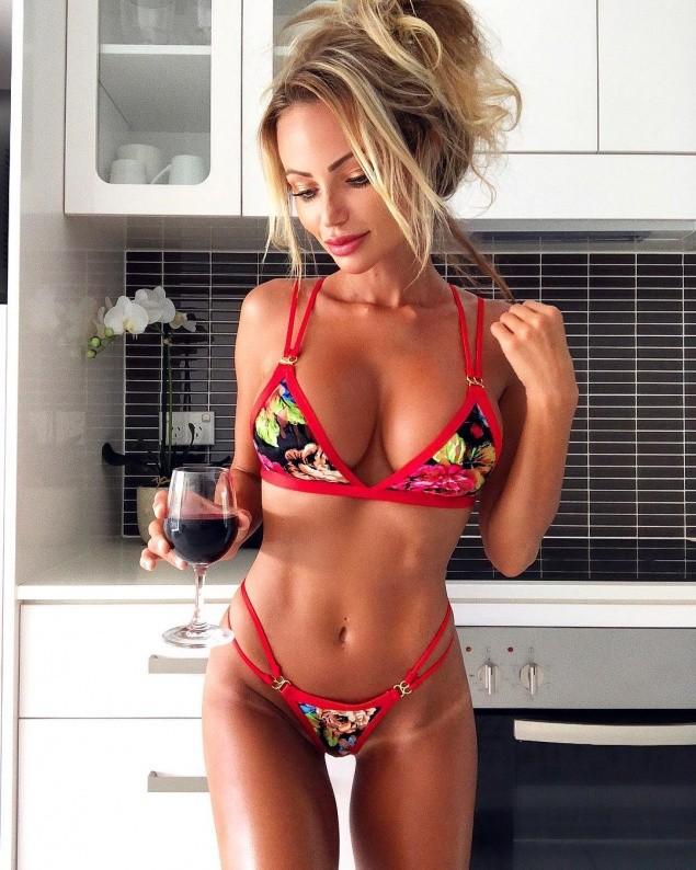 а теперь на кухне с бокальчиком красного вина