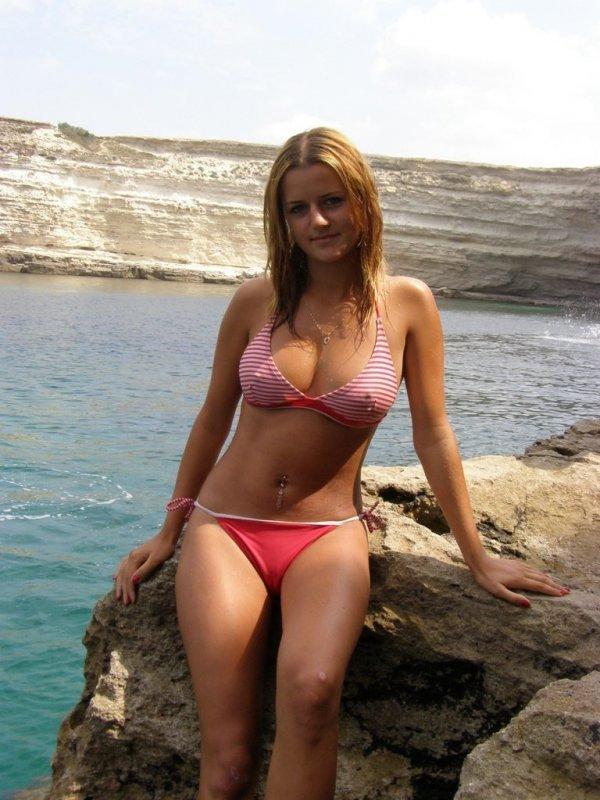 простая русская девчонка на крымском берегу черного моря