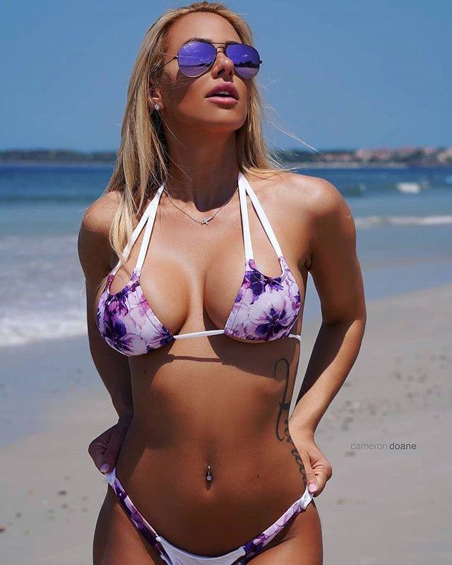 блонда в солнцезащитных очках