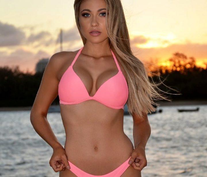 вся в розовом встречает закат на берегу