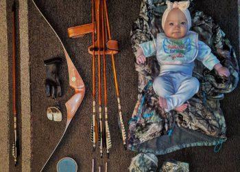 Любительница охоты с луком берет с собой маленькую дочь (14 фото)
