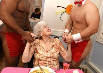 Бабули из дома престарелых заказали себе стриптизеров (5 фото)