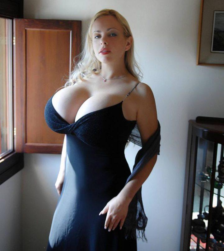 в сексуальном платье с огромными сиськами на выкат