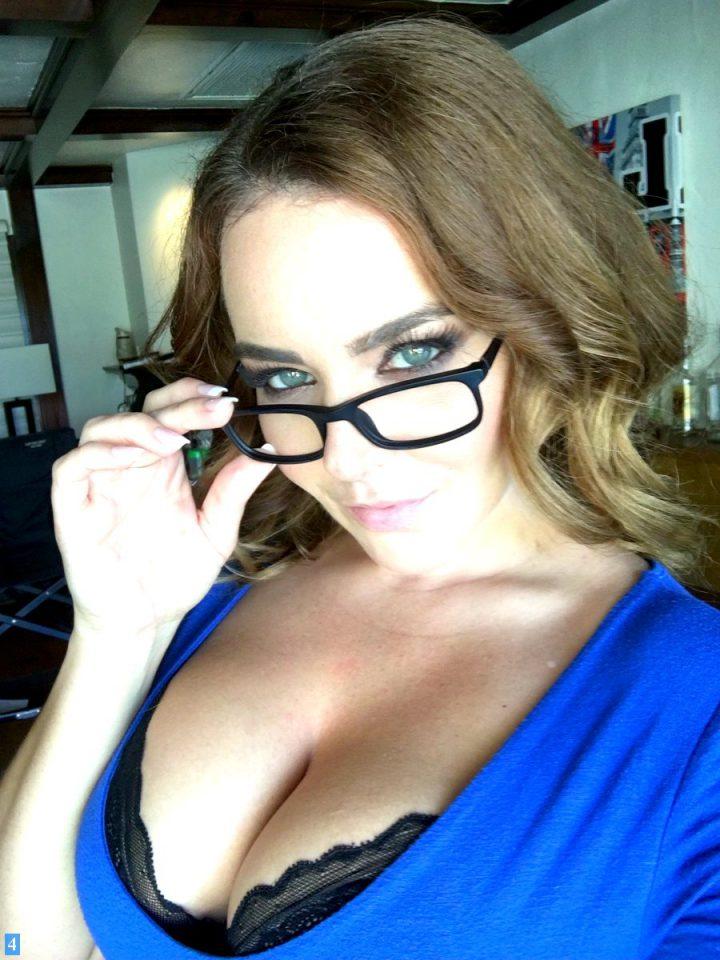 очаровательная сорокалетняя женщина дома в очках
