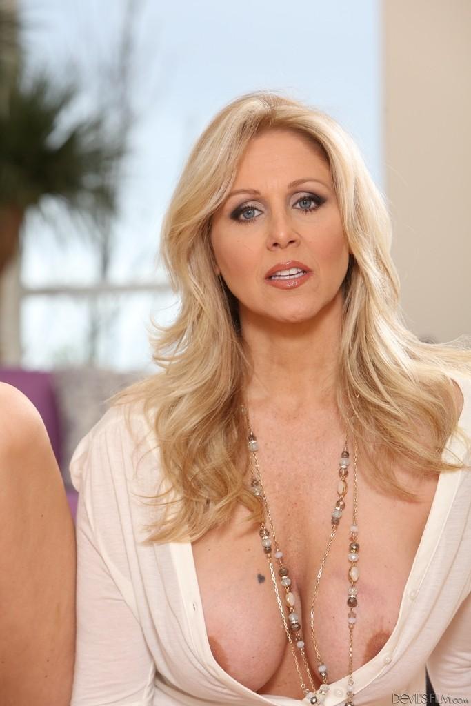 блонда с большой, но обвисшей грудью