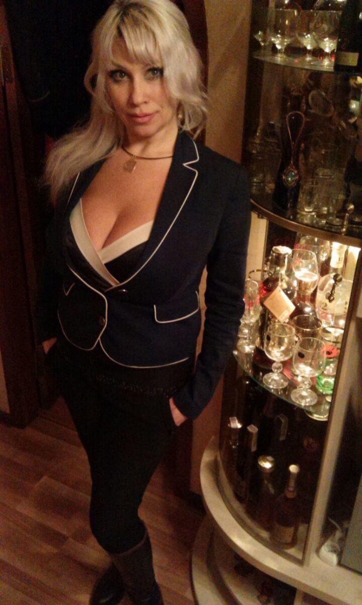 дамочка в строгом костюме в гостиной