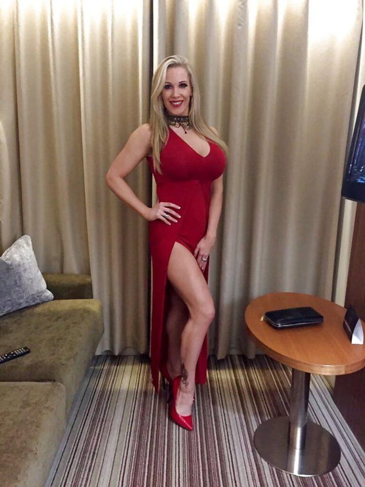 роковая женщина в красном платье с большим вырезом