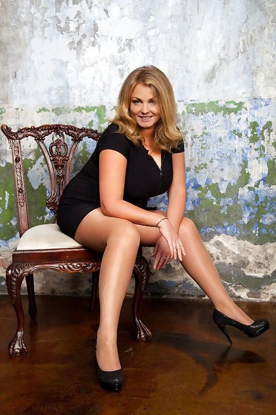милфа в черном коротком платье на стуле раздвинув ноги