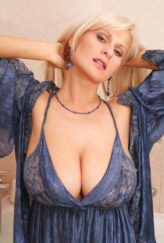 блонда с натуральной грудью 5-го размера