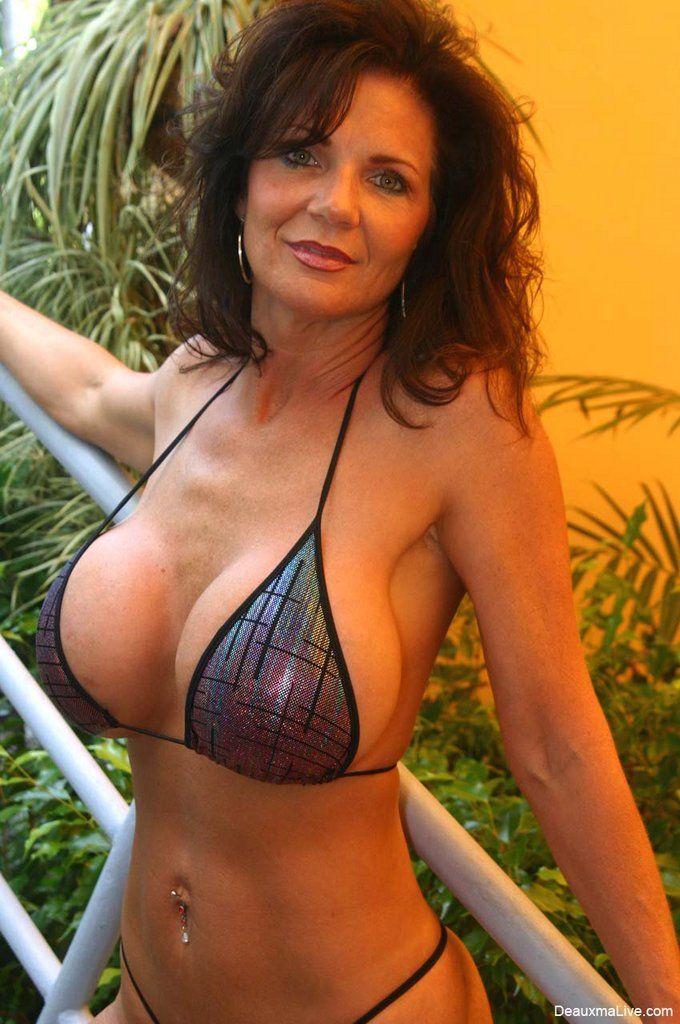 ненатуральная, но уже обвисшая грудь женщины в возрасте