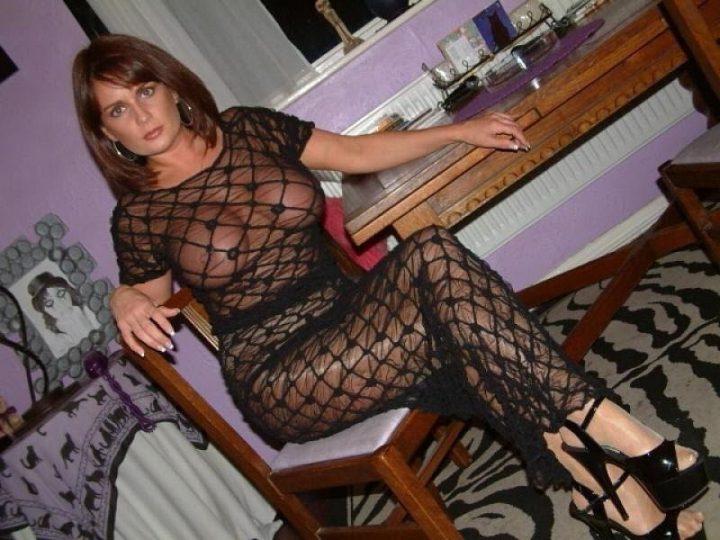 красивая и сексуальная женщина в возрасте в прозрачном платье