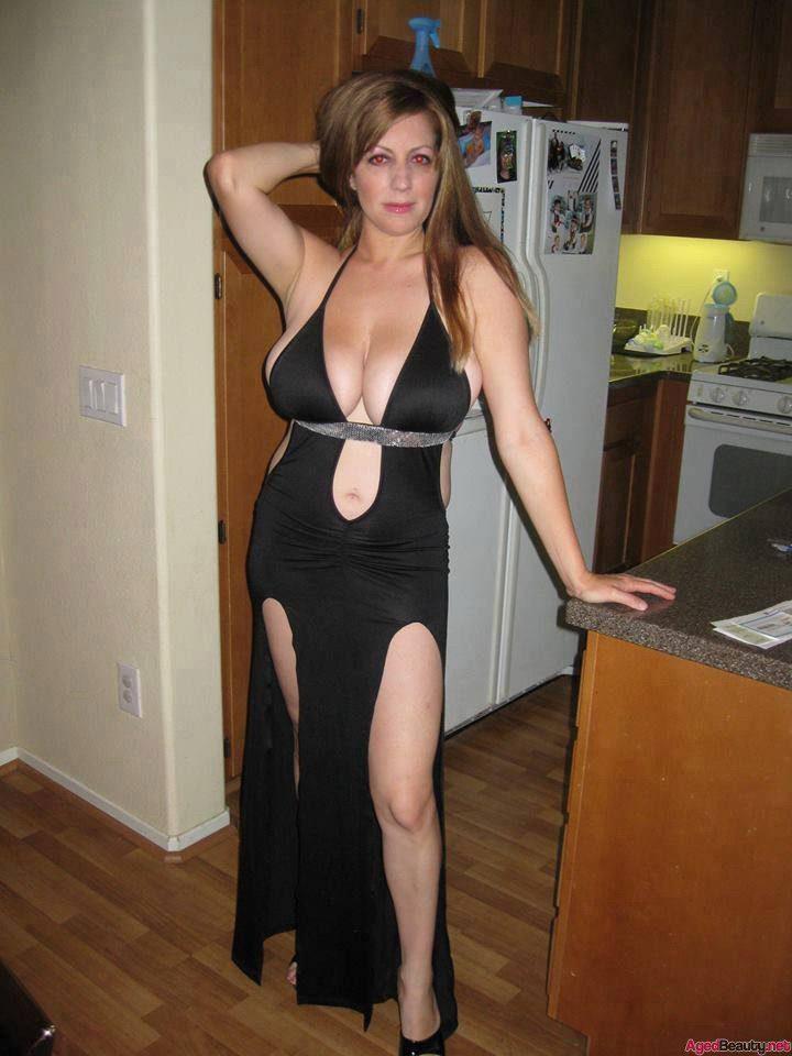 красотка в черном платье с глубокими вырезами