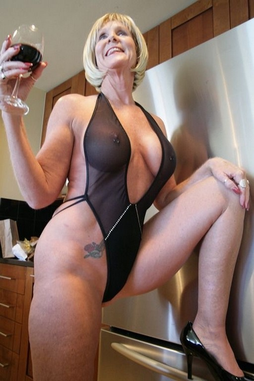 дама с бокалом красного вина