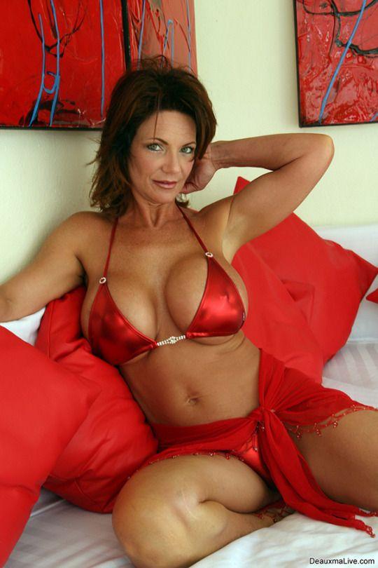 милфа в сексуальном красном атласном белье