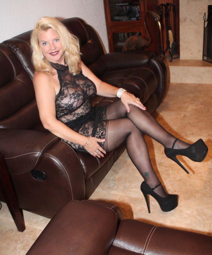 роскошная блонда вся в эротичном черном