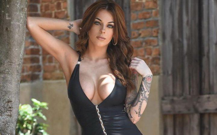 красавица с татуировкой на руке