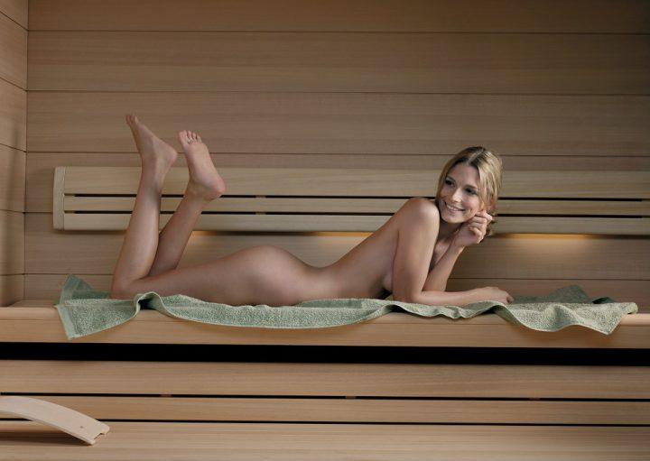 блондинка лежит голышом на животе