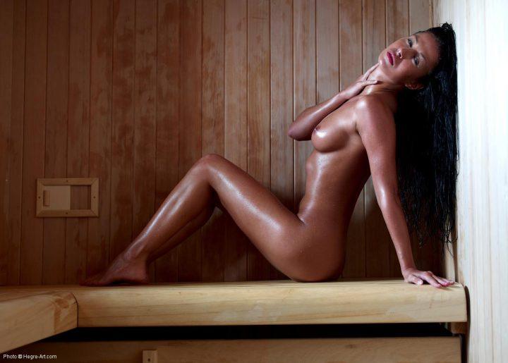шикарная брюнетка с роскошным телом