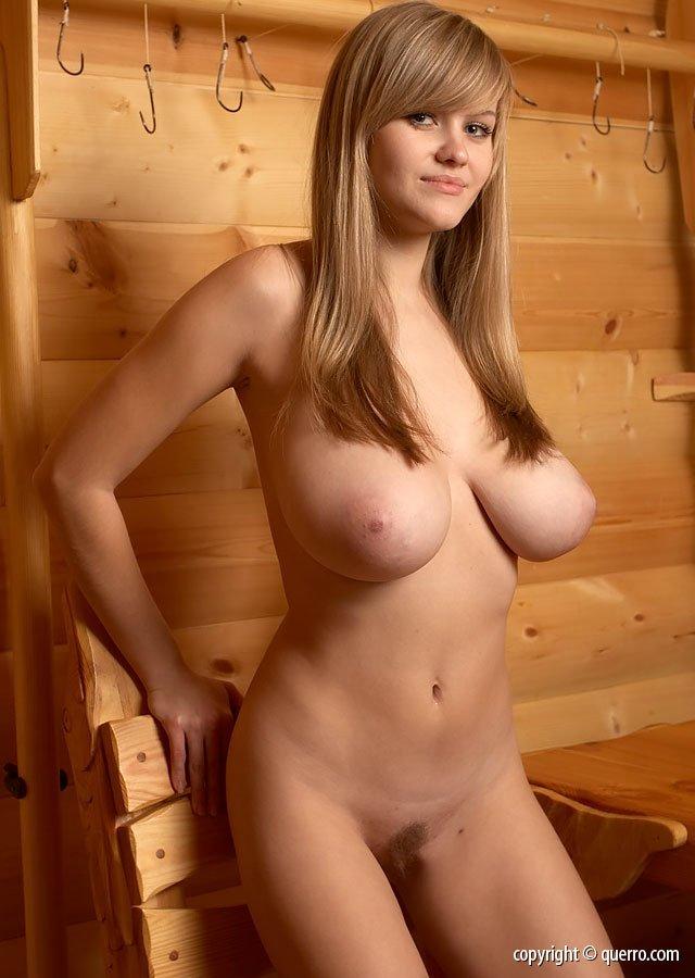 милая блондиночка с большой упругой грудью