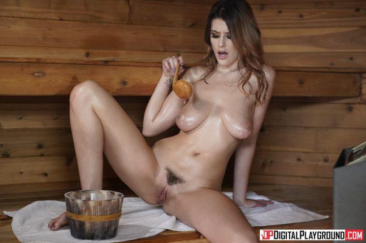 голенькая девушка с интимной стрижкой на лобке поливает себя маслом