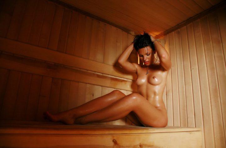 шикарная девушка с утонченной фигурой и небольшой грудью
