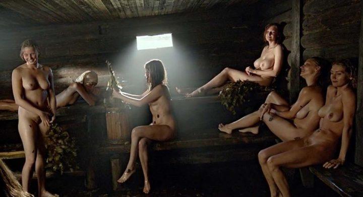 шесть молодых баб парятся в русской бане по-черному
