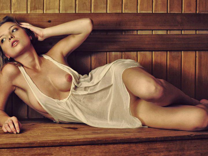 телочка засветила свою красивую грудь из-под мокрой маечки