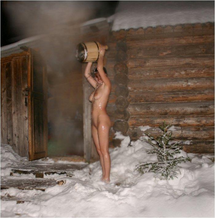 после русской баньки обливается ледяной водой из ведра на улице